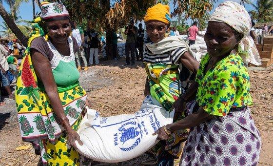 Wakati majanga ya asili yanajitokeza, ka mfano vimbunga nchini Msumbiji (pichani) WFP walijishughulisha kugawa chakula kwa waathirika.