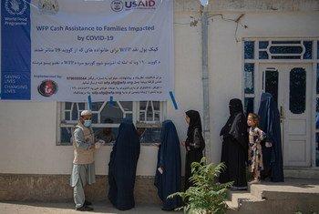 نساء أفغانيات متأثرات بتداعيات جائحة كورونا ينتظرن للحصول على مساعدات نقدية يقدمها برنامج الأغذية العالمي في العاصمة الأفغانية كابول.