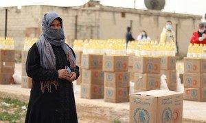 सीरिया के हिंसा प्रभावित डेयर हाफ़ेर में लोग अपनी दैनिक ज़रूरतों के लिये यूएन खाद्य एजेंसी पर निर्भर हैं.