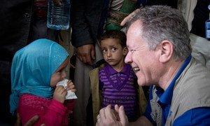 यूएन एजेंसी के कार्यकारी निदेशक डेविड बीज़ली वर्ष 2017 में यमन में एक बच्ची से बात करते हुए.