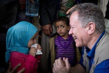 من الأرشيف: المدير التنفيذي لبرنامج الأغذية العالمي، ديفيد بيزلي يلتقي طفلة صغيرة في اليمن في عام 2017.