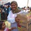 印度尼西亚西爪哇海啸灾民正在领取世界粮食计划署的粮食援助。