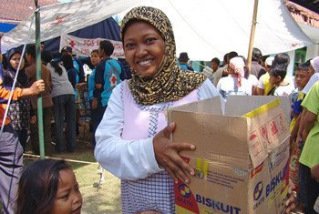 Displaced victims of the West Java tsunami in Indonesia collect World Food Programme (WFP) food aid.