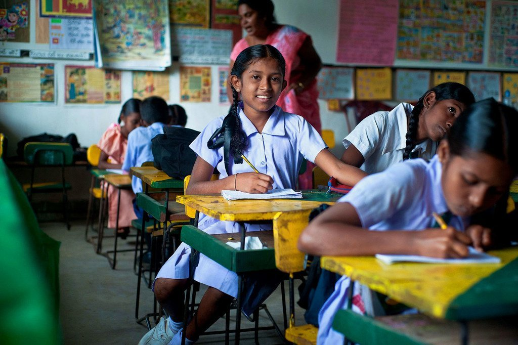 Des jeunes filles dans une salle de classe au Sri Lanka.