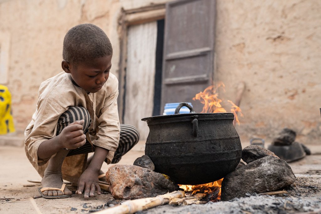 من الأرشيف: طفل يساعد في تحضير الإفطار لوالدته في النيجر.