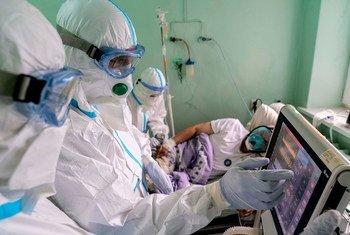 Médicos en Ucrania controlando el estado de un paciente de COVID-19.