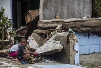 Niños en el barrio Muelle, en Puerto Cabezas, Nicaragua, tras el paso del huracán Eta.