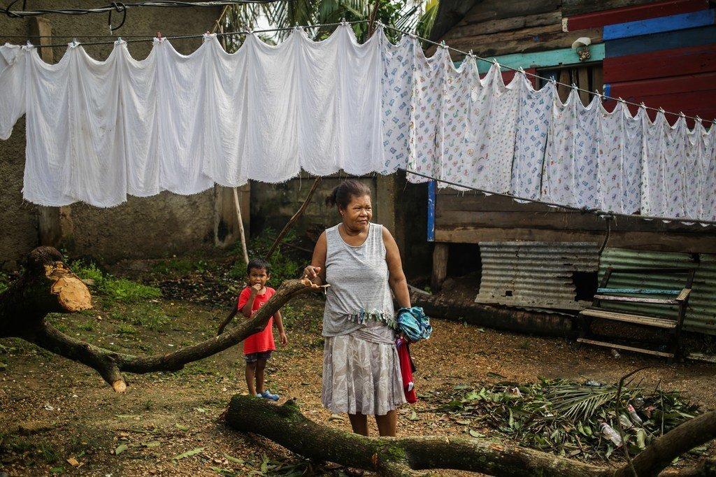 Una mujer y su nieta en El Muelle, Bilwi, Puerto Cabezas, una de las zonas afectadas por el huracán Eta en Nicaragua