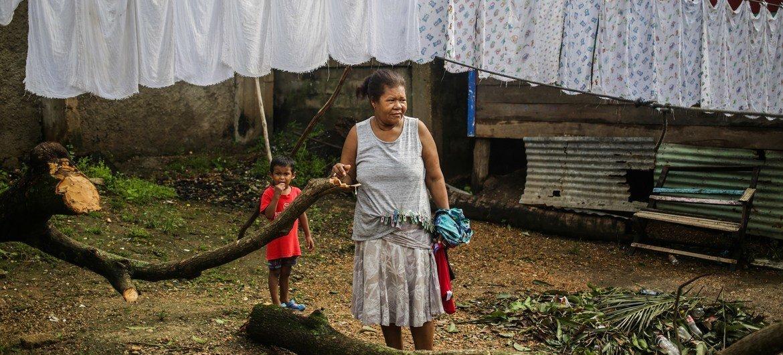 Avó e neta no bairro El Muelle, Bilwi, Puerto Cabezas, Nicarágua