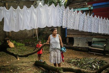 Bibi akiwa na mjukuu wake katika kitongoji cha El Muelle kwenye mji wa Puerto Cabezas nchini  Nicaragua ambako kimbunga ETA kimeleta madhara makubwa.