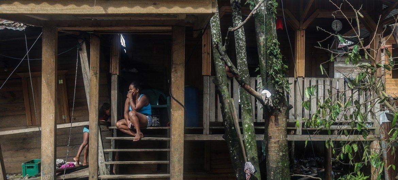 Una mujer fuera de su casa en El Muelle, en el barrio de Bilwi, Puerto Cabezas, Nicaragua, tras el paso del huracán Eta