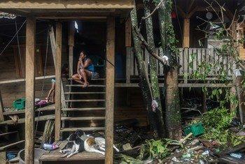 Mama akiwa nje ya makazi yake huko El Muelle kwenye mji wa Puerto Cabazes nchini Nicaragua tarehe 5 Novemba mwaka huu wa 2020.