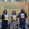यूएनडीपी की नई रिपोर्ट को जारी करते हुए भारत में रेज़िडेंट रिप्रेज़ेन्टेटिव शोको नादा (मध्य), विकास अर्थशास्त्री स्वास्तिक दास (दाएं) और लैंगिक मामलों पर सलाहकार अलका नारंग (बाएं)