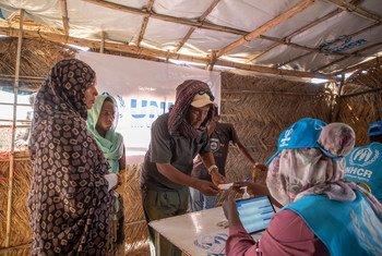 Des réfugiés éthiopiens s'enregistrent auprès du HCR dans le camp d'Um Rakuba, au Soudan, après avoir fui leur pays.