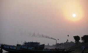 Humo negro sale de la chimenea de una fábrica de ladrillos en Bangladesh.