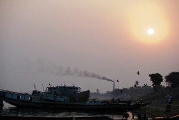 De la fumée noire s'élève d'une cheminée d'un four à briques, qui utilise le feu de charbon pour cuire les briques, dans l'est du Bangladesh.