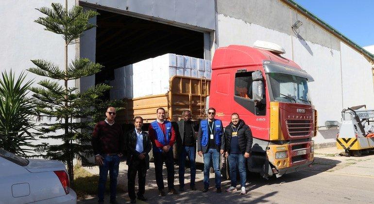 رئيس بعثة برنامج الأغذية العالمي في ليبيا، سامر عبد الجابر خلال زيارة إلى أحد المستودعات في طرابلس.