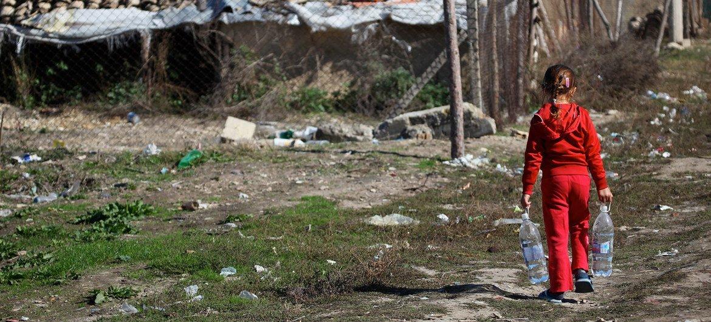 Un niño lleva agua a una comunidad depauperada donde vive en el norte de Bulgaria.