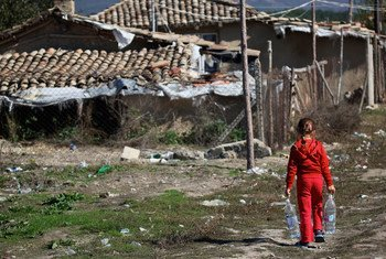 Une jeune fille transporte des bouteilles d'eau dans la communauté défavorisée où elle vit dans le nord de la Bulgarie.