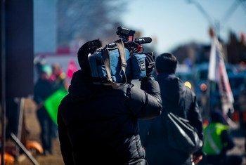 Un periodista cubre una moviización.