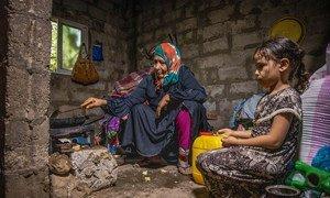 Una mujer mayor y su nieta de seis años. La pandemia ha hecho más pobres a los pobres, asegura la Alta Comisionada para los Derechos Humanos, Michelle Bachelet.