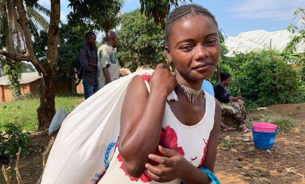 Gislaine, 18 ans, du village de Kanzuli zuli près de Beni en RDC. Son frère a contracté le virus Ebola; elle reçoit donc de la nourriture et reste chez elle (septembre 2019)