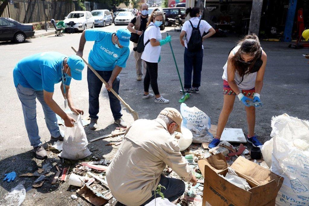 Timu ya UNICEF pamoja na  Mohamad Saleh ,wakiondoa uchafu katika barabara ya Medawar katika eneo la Quarantine huko Beirut