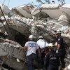 Des secouristes recherchent des survivants dans le bâtiment de l'ONU détruit par le séisme qui a frappé Haïti le 12 janvier 2010.