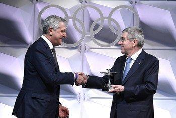 Rais wa IOC, Thomas Bach akimtunuku Kamishina Mkuu wa UNHCR, Filippo Grandi kombe la Olimpiki