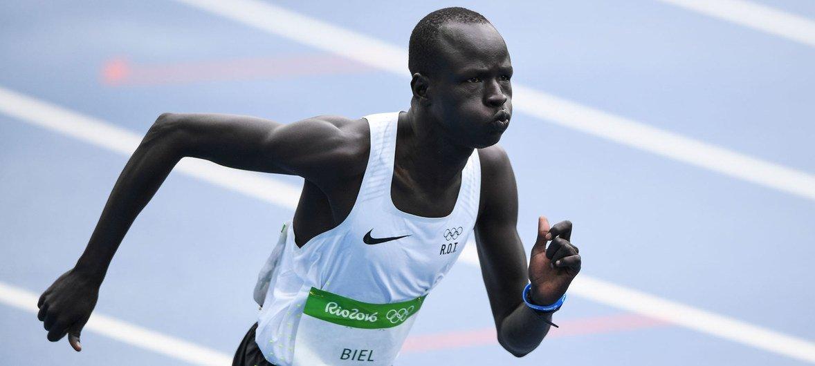 Refugiado sul-sudanês, Yiech Pur Biel, correndo os 800 metros
