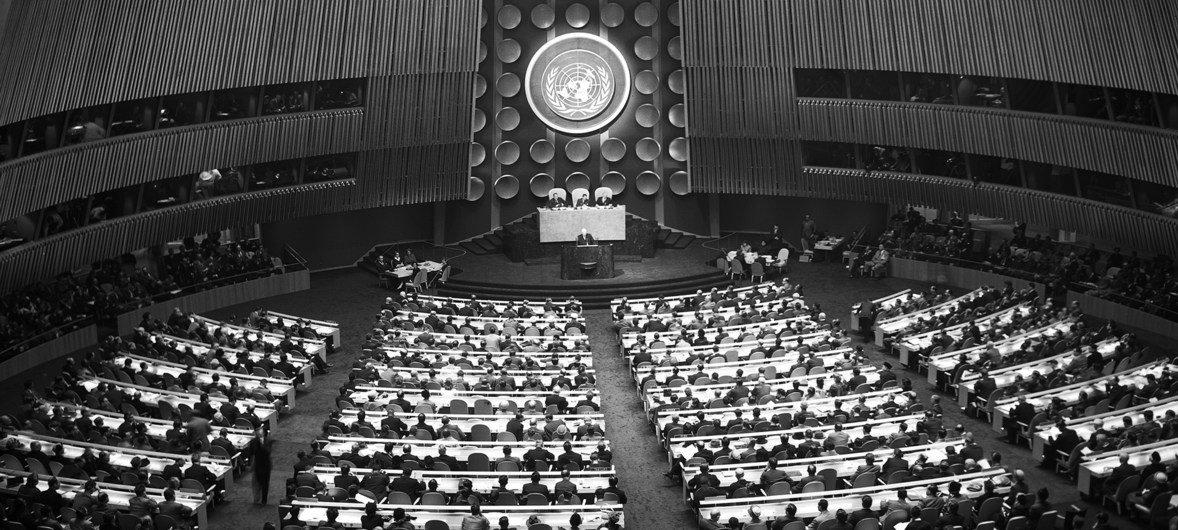 La Asamblea General de la ONU se reunió por primera vez en la que sería su sede permanente en Nueva York el 14 de octubre de 1952, para inaugurar su séptimo periodo de sesiones.