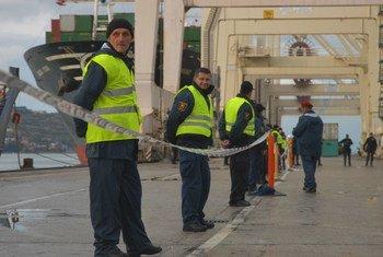 En Koper, Eslovenia, agentes del Organismo Internacional de la Energía Atómica coordinan el embarco de material nuclear desde Serbia.