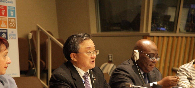 ليو زينمين (وسط)، وكيل الأمين العام للشؤون الاقتصادية والاجتماعية للأمم المتحدة، يتحدث في افتتاح الدورة الثامنة والخمسين للجنة التنمية الاجتماعية في 10 فبراير 2020.