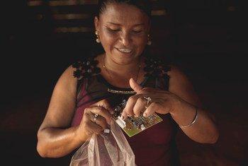 Martha Alicia Benavente, de Tucurú, Guatemala, recibe clases para ser ingeniera de energía solar.