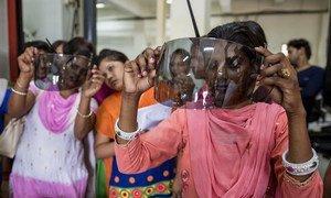 一些印度的妇女正在接受塑料工程学方面的培训。