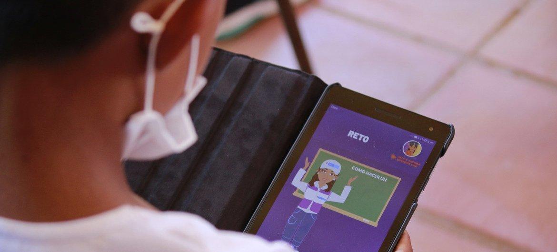 Un estudiante en La Guajira, Colombia, usa la aplicación O-lab para estudiar a distancia.