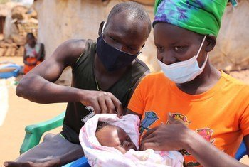 Mkimbizi Cavine Abalo mwenye umri wa miaka 20 akiwa na mwanae mwenye umri wa miezi mitatu katika wilaya ya Lamwo nchini Uganda.