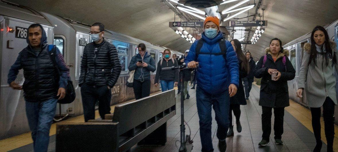 在许多雇主指示员工在家工作后,纽约的通勤高峰人数已经减少。