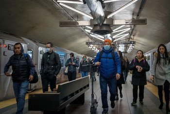 Pasajeros del metro de Nueva York llevan mascarillas ante el coronavirus