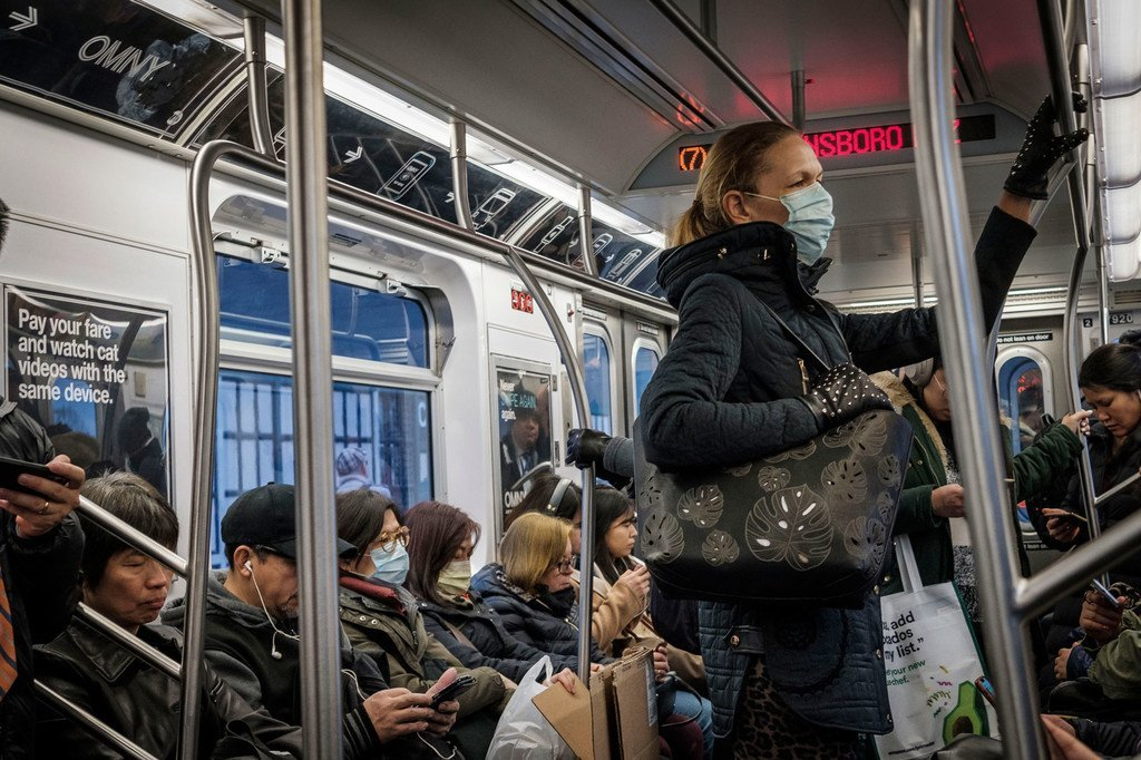 يبدو أن المزيد من سكان نيويورك يرتدون أقنعة الوجه كإجراء احترازي ضد فيروس كورونا.