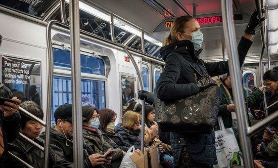 Des usagers du métro de New York portant un masque par précaution face au coronavirus