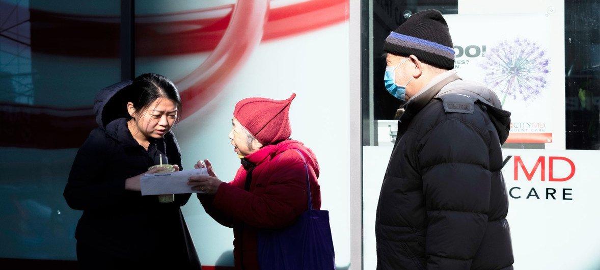 مع انتشار COVID-19 في الولايات المتحدة، يبدو أن عددا متزايدا من سكان نيويورك بدأوا في ارتداء أقنعة الوجه كإجراء وقائي ضد الفيروس.