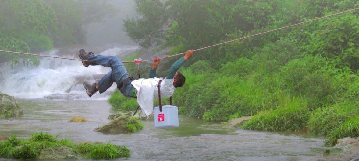 رايانا البالغة من العمر 4 سنوات تنتظر لقاح شلل الأطفال. ما الذي يتطلبه إيصال اللقاح إلى أبعد أنحاء الأرض في الوقت المناسب لإنقاذ رايانا وملايين الأطفال مثلها من الشلل مدى الحياة؟