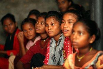 Les filles les plus exposées au mariage précoce sont souvent les plus difficiles à atteindre. Elles viennent de familles pauvres, de groupes marginalisés ou de zones rurales