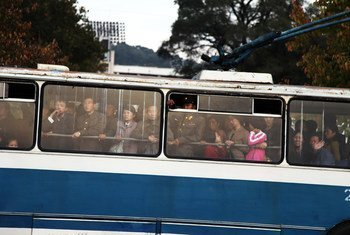Des personnes se rendent au travail en bus dans la capitale nord-coréenne, Pyongyang. (archive)