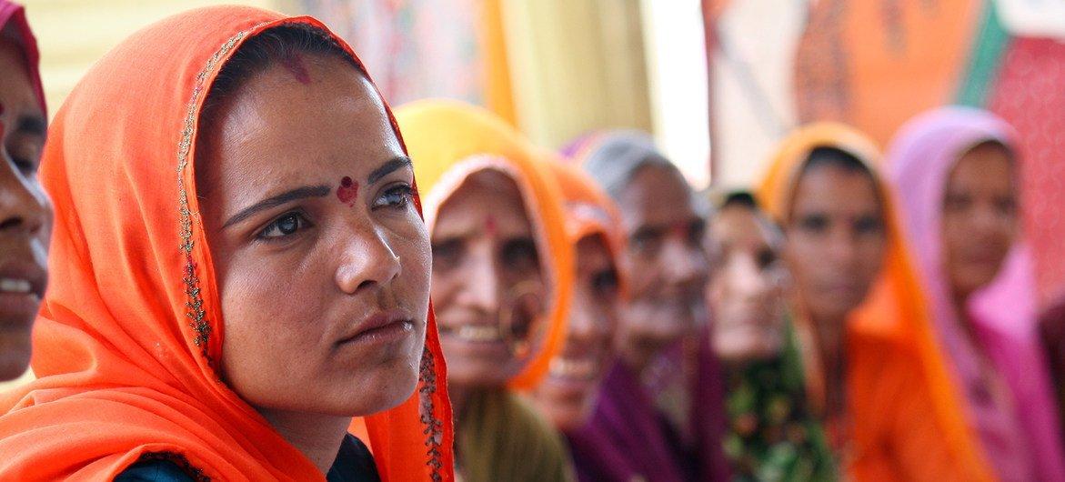 Mujeres de la zona rural de Rajastán, en la India, asisten a un taller sobre técnicas de liderazgo.