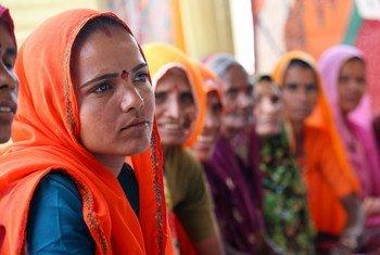 Des femmes dans une zone rutale du Rajasthan, en Inde, participent à un atelier pour apprendre à diriger.