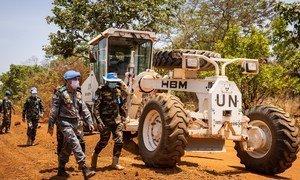 联合国南苏丹特派团来自孟加拉国的工程兵正在修复从首都朱巴通往中部城镇姆沃洛的道路。
