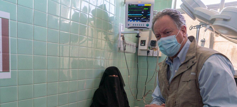 David Beasley em visita a hospital no Iêmen