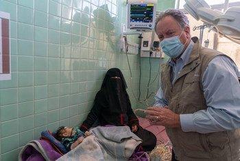 زار ديفيد بيزلي، المدير التنفيذي لبرنامج الأغذية العالمي، مستشفى السبعين للأمومة والطفولة في اليمن. يبلغ معدل سوء التغذية الحاد بين الأطفال دون سن الخامسة 10.5٪ ، وهو أعلى بقليل من العتبة الخطيرة والوضع آخذ في التدهور.